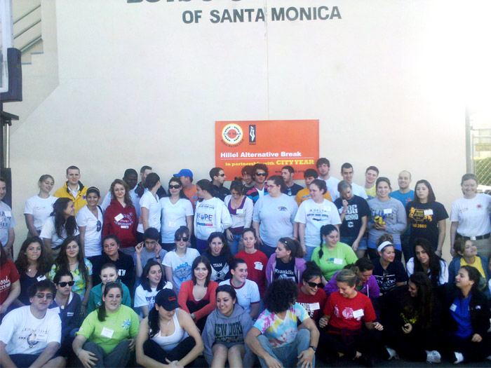 Hillel members from CSI and other campuses volunteered their time in Los Angeles over winter break.
